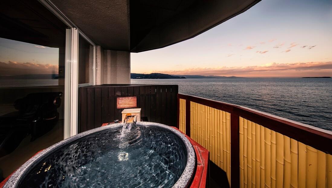 伊豆で誕生日を祝う宿 ホテル風の薫の客室の露天風呂