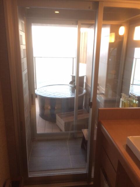 伊豆の高級旅館 いなとり荘潮騒倶楽部 粋客室の脱衣所から露天風呂を見た眺め