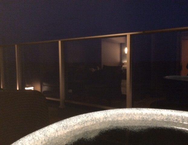 伊豆の高級旅館 いなとり荘の客室露天風呂から見える夜の海