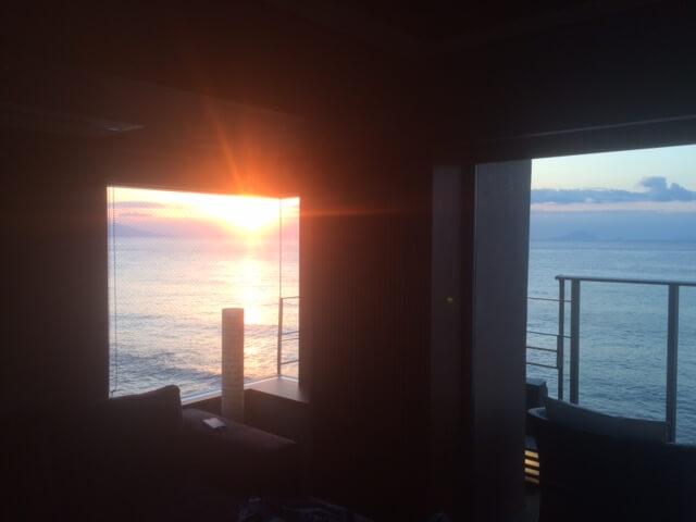 部屋から見える朝日