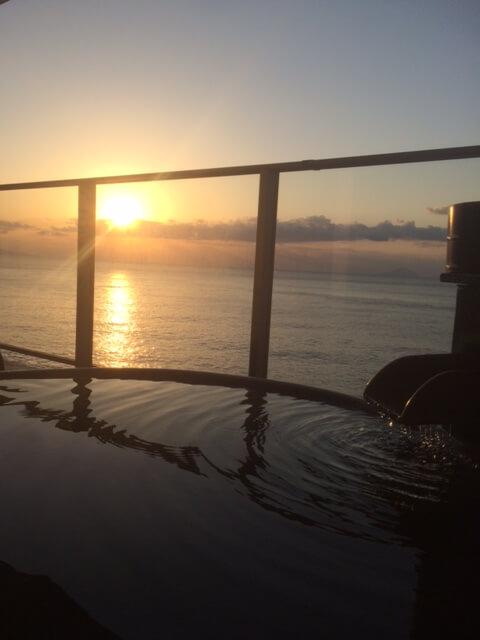 伊豆の高級旅館 いなとり荘 潮騒倶楽部の露天風呂から見る朝日