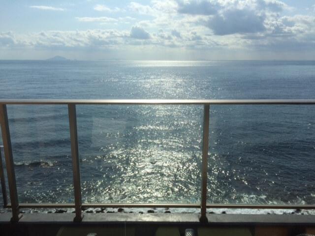 伊豆の高級旅館 いなとり荘のテラス席から見える相模湾