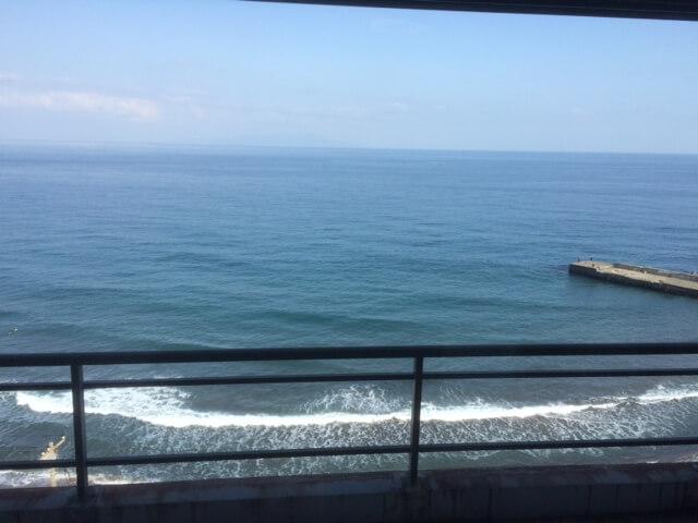 熱川館から目の前の防波堤を眺める