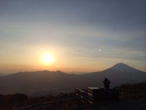 芦ノ湖スカイライン三国峠からの夕陽と富士山