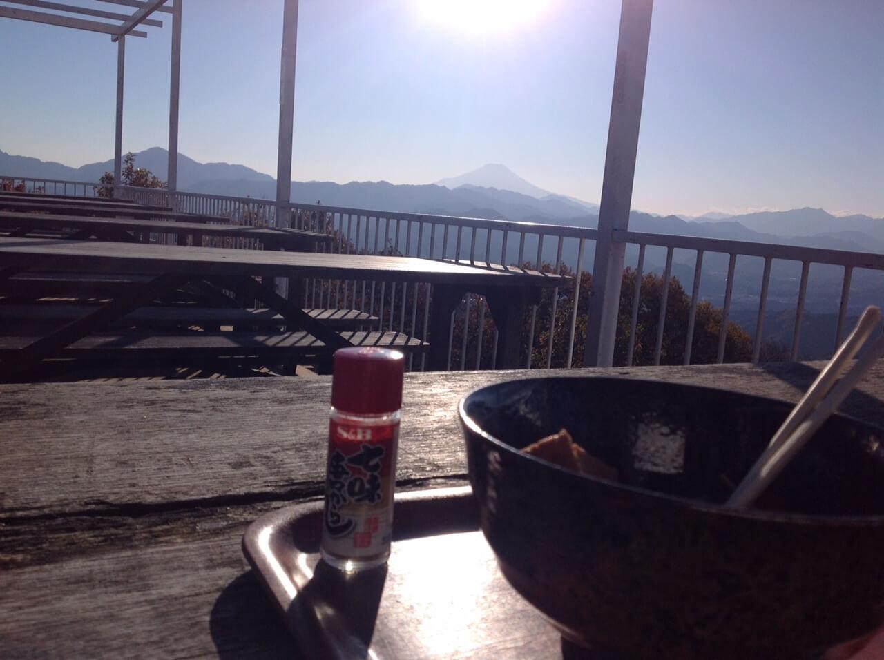 陣馬山山頂の茶屋のそば