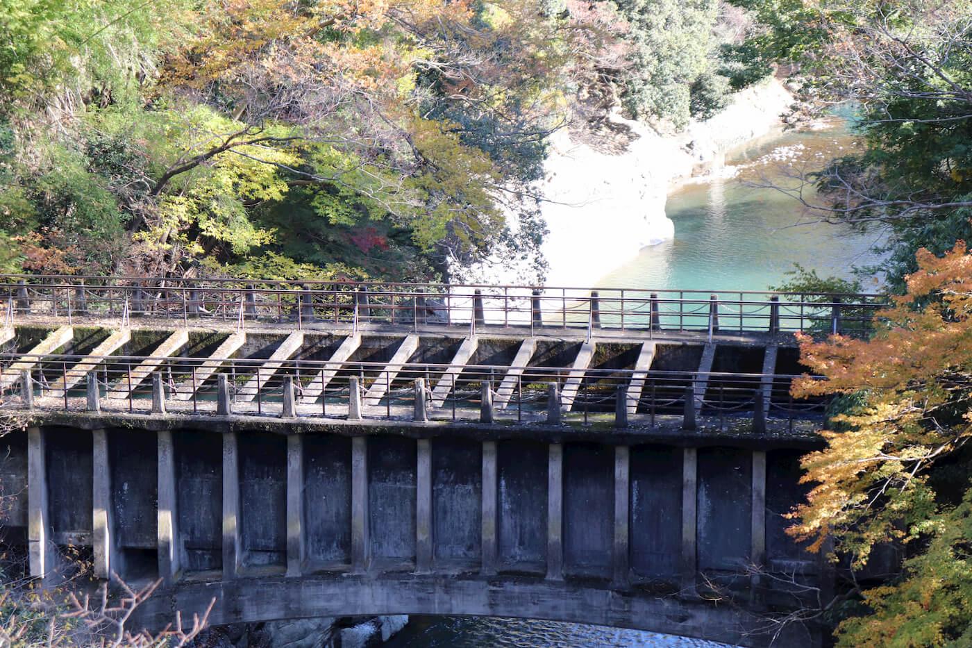 猿橋から見える八ツ沢発電所一号水路橋