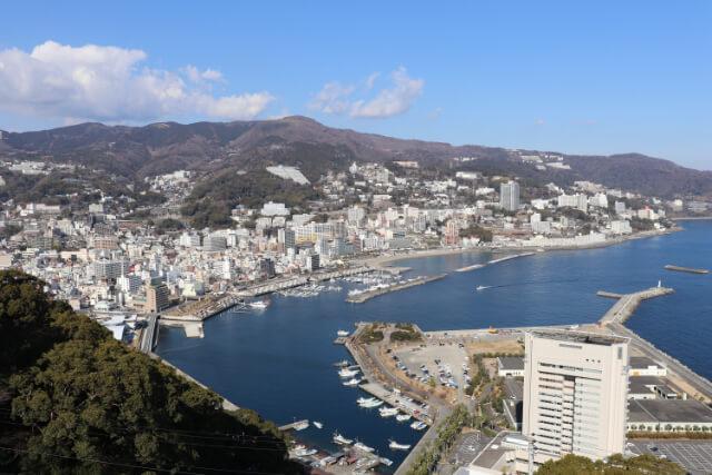 熱海城天守閣から熱海の高級旅館を眺める画像