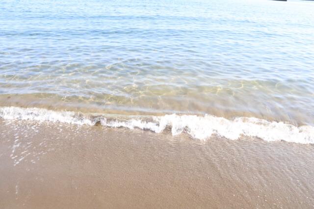 熱海サンビーチの浜辺の海水
