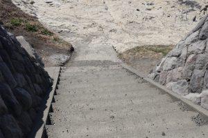 稲村ケ崎の海へ下りる階段