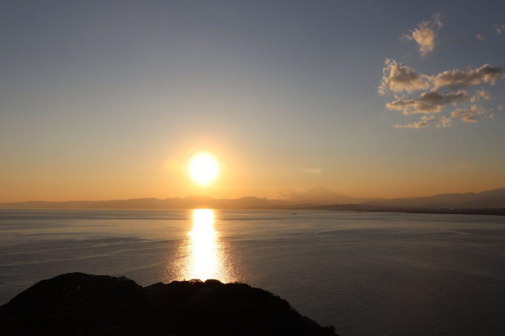 江ノ島シーキャンドルから見える夕陽と富士山