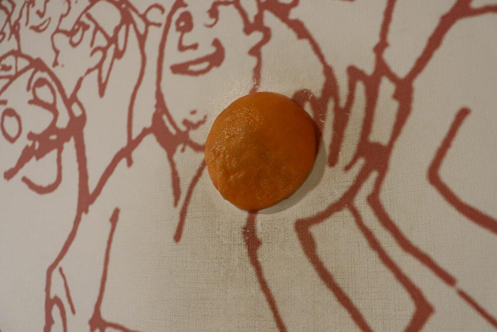 絵に埋め込まれたオレンジ