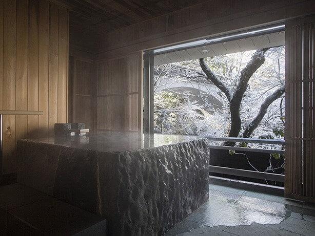 加賀温泉の高級旅館 花紫の露天風呂