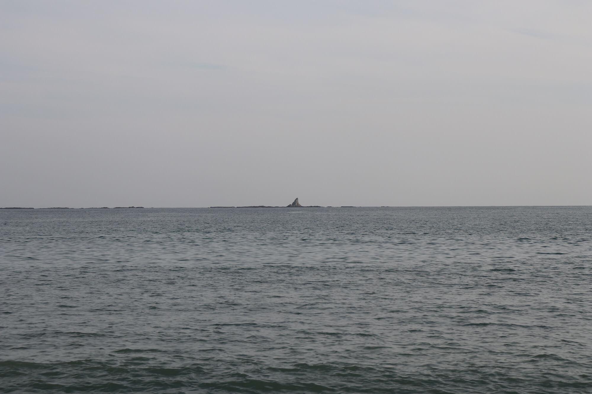 サザンビーチ茅ヶ崎から見える烏帽子岩