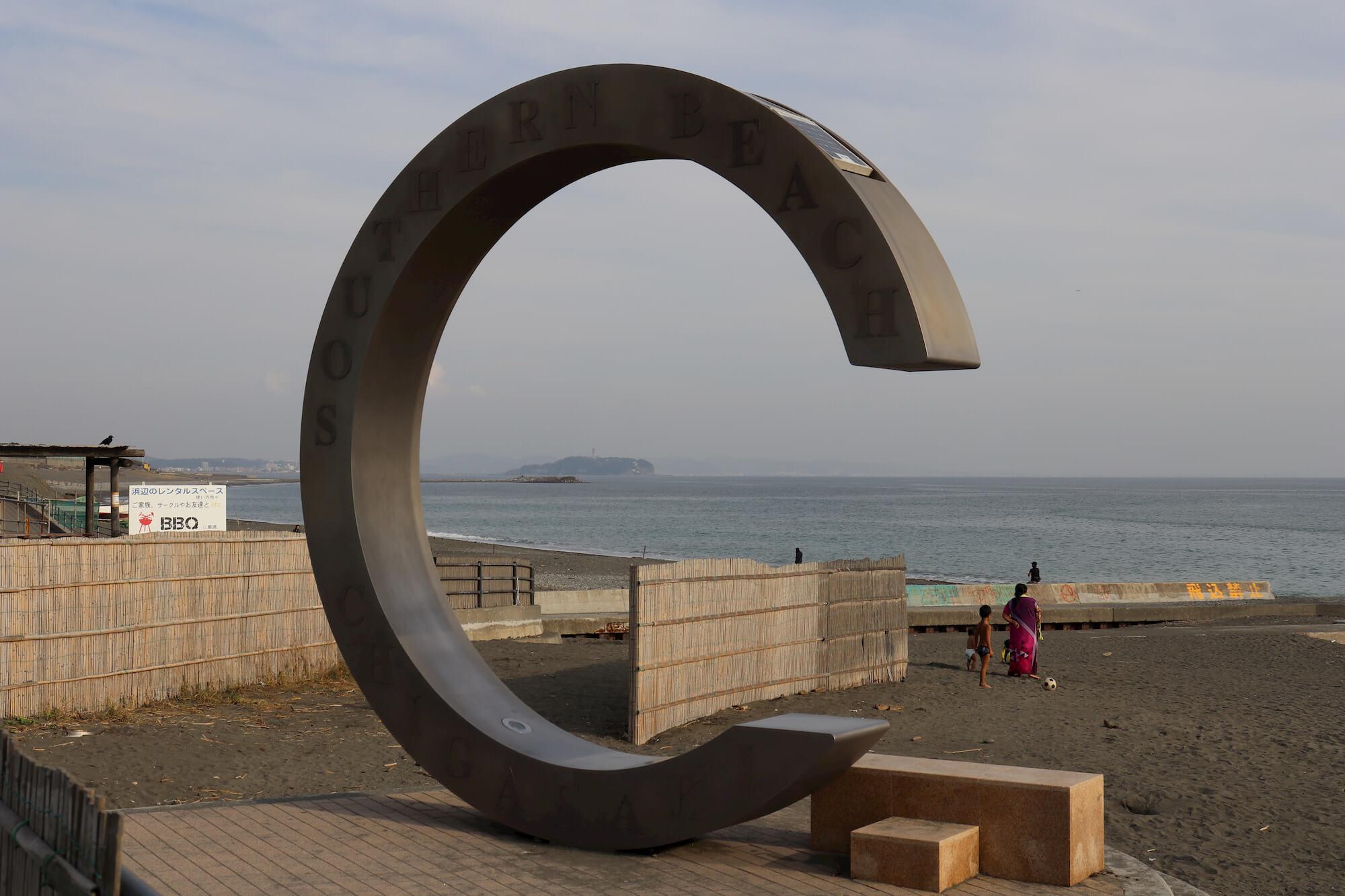 サザンビーチ茅ヶ崎のモニュメントと江の島