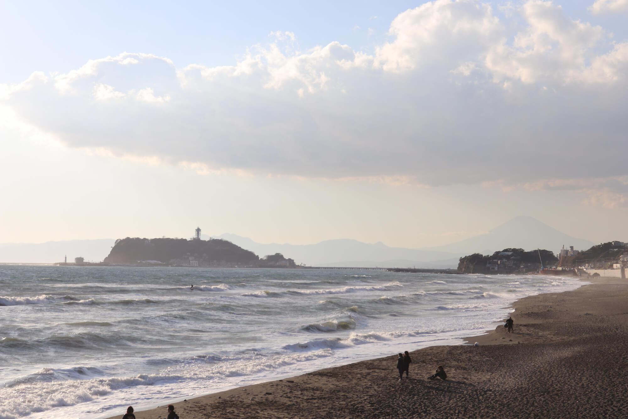 七里ガ浜から見る江の島と富士山