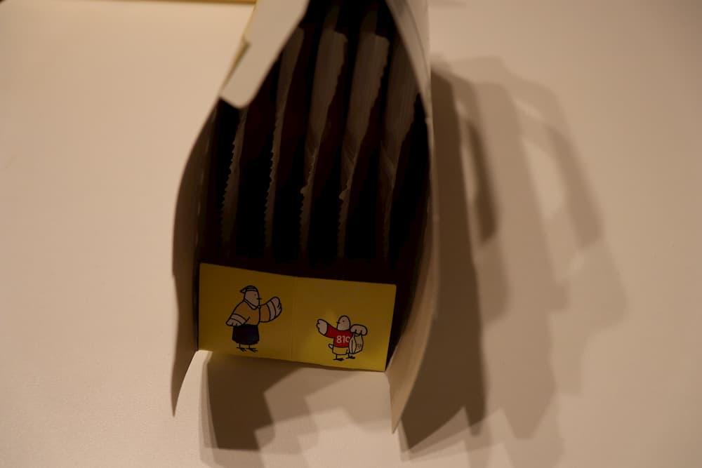 鳩サブレーの箱を開ける
