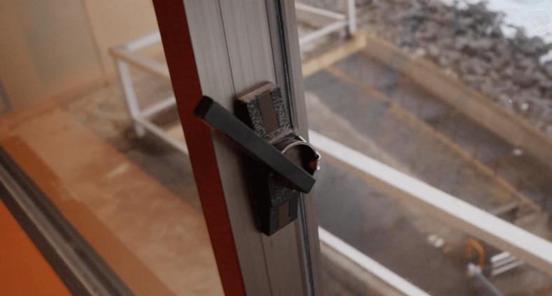 浜の湯の客室の窓の鍵