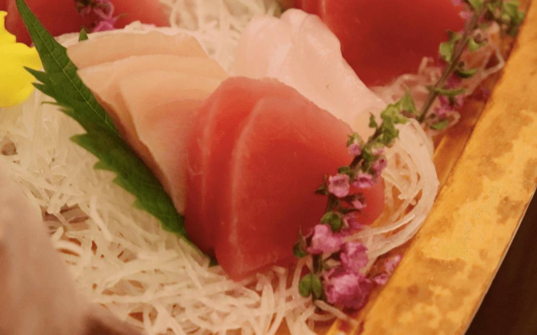 浜の湯の夕食の料理:舟盛りのマグロとプリとすずき