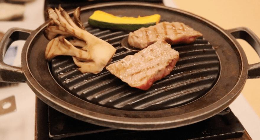 浜の湯の夕食の料理:米沢牛のステーキ