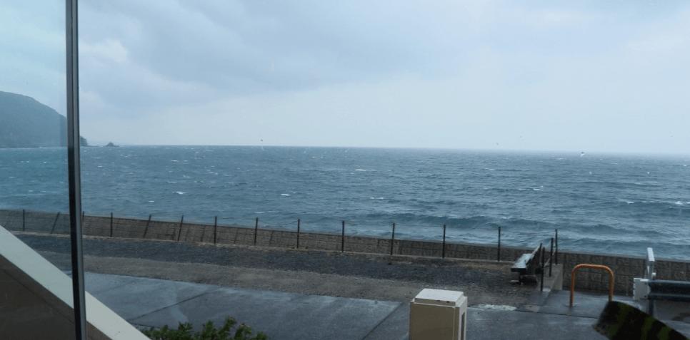浜の湯のロビーから見た海