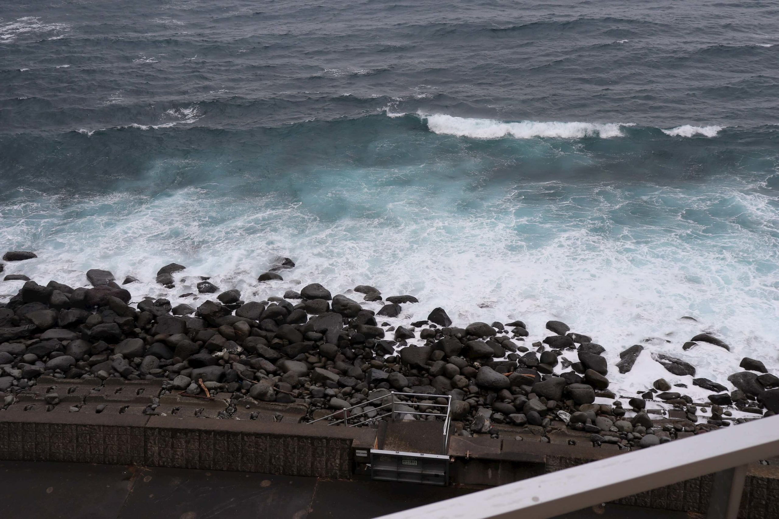 浜の湯の客室から見える白波