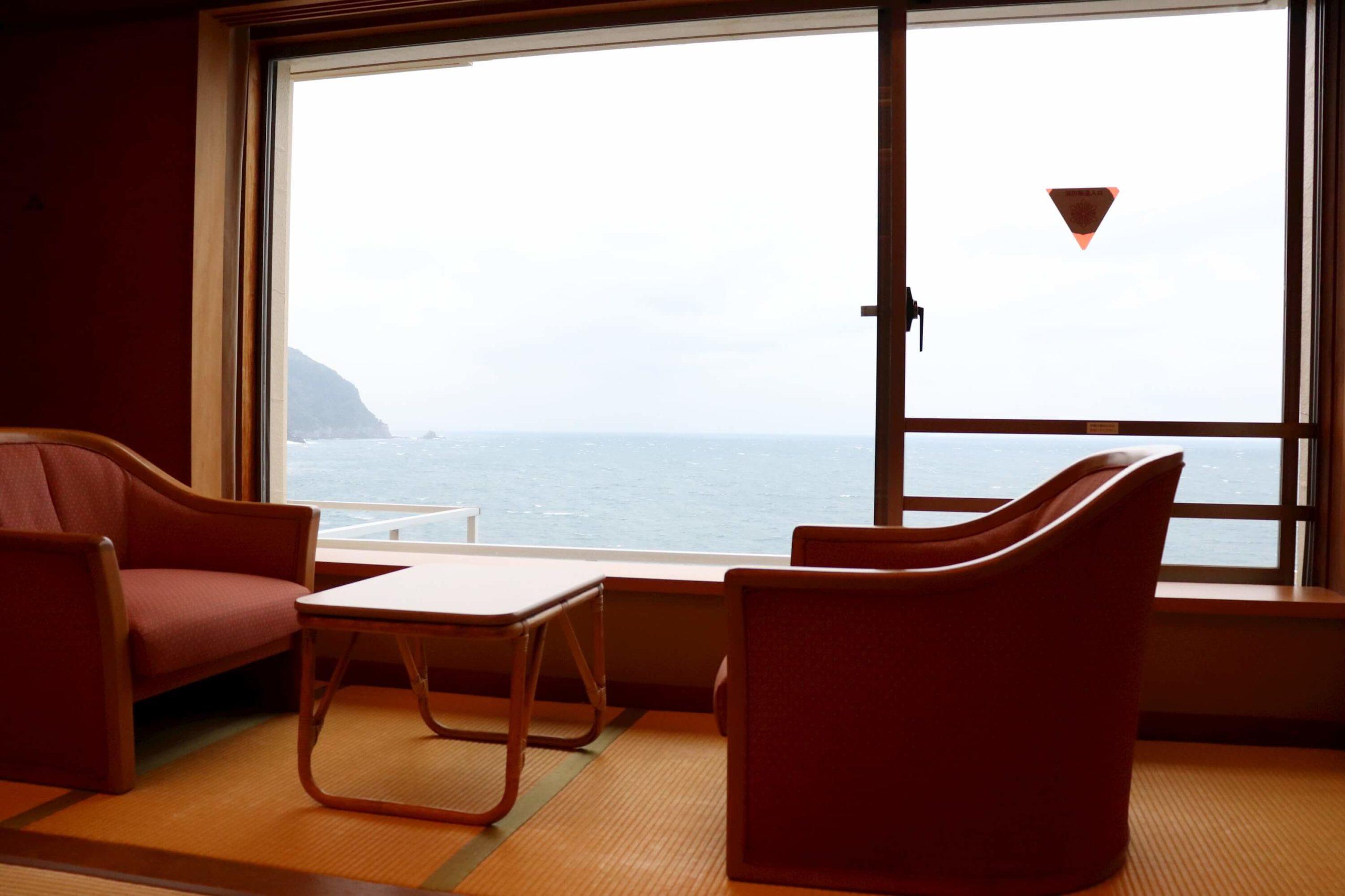 浜の湯の客室と海