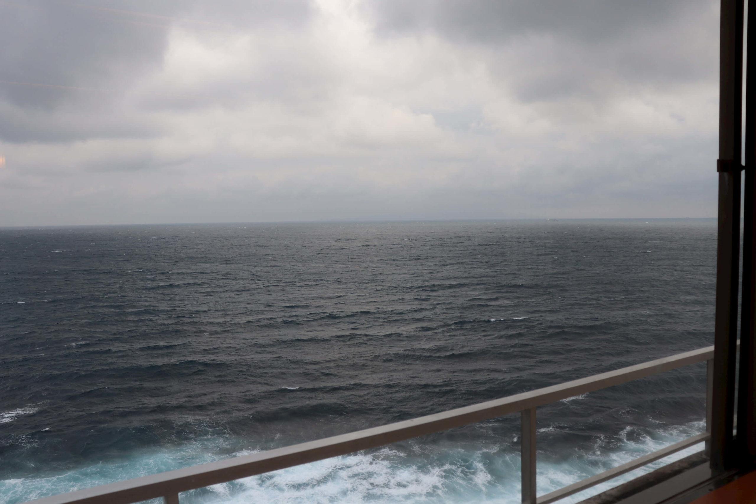 浜の湯の客室から見える荒れた海