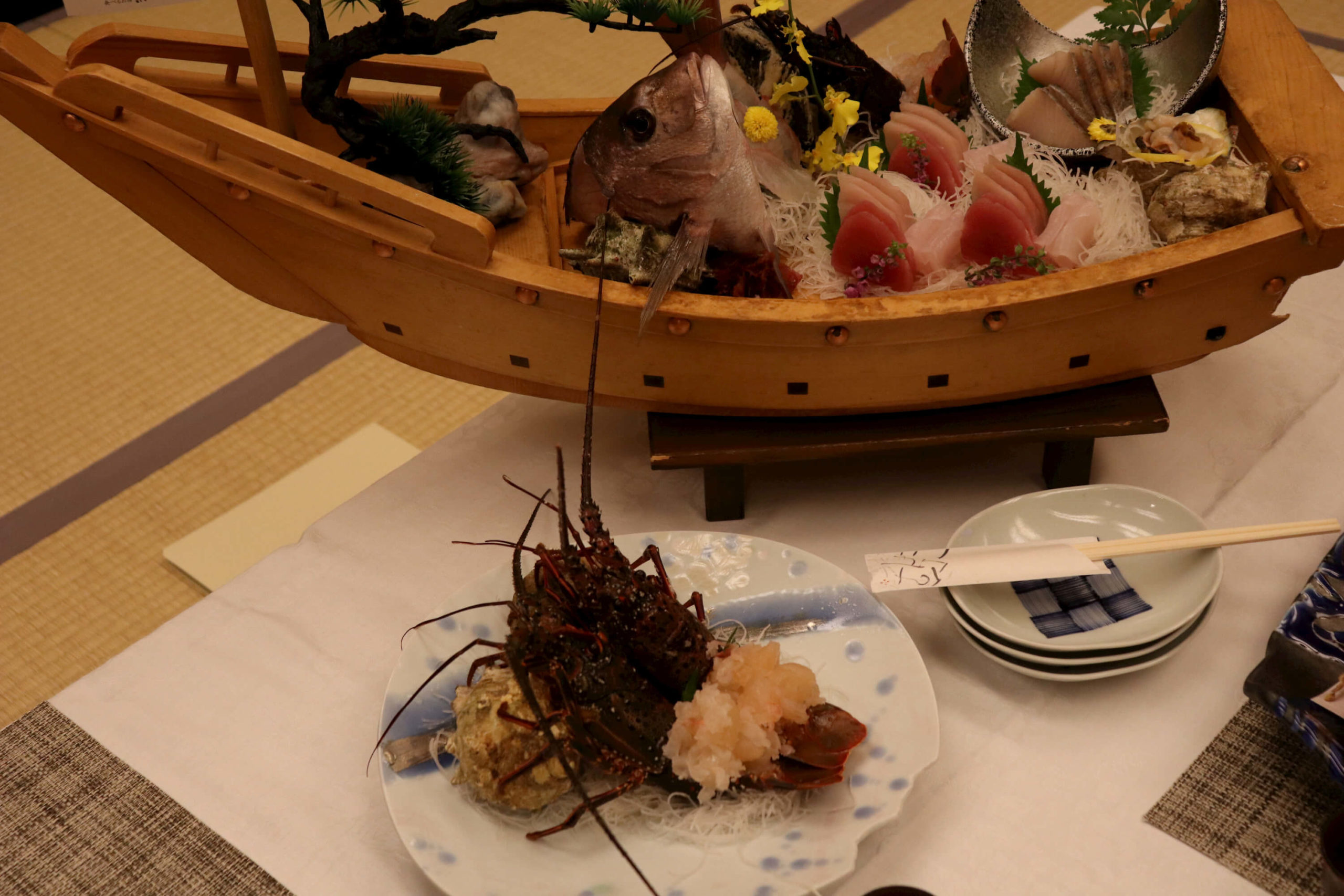 浜の湯の夕食の料理:お造り(舟盛り)と伊勢海老祭りの刺身