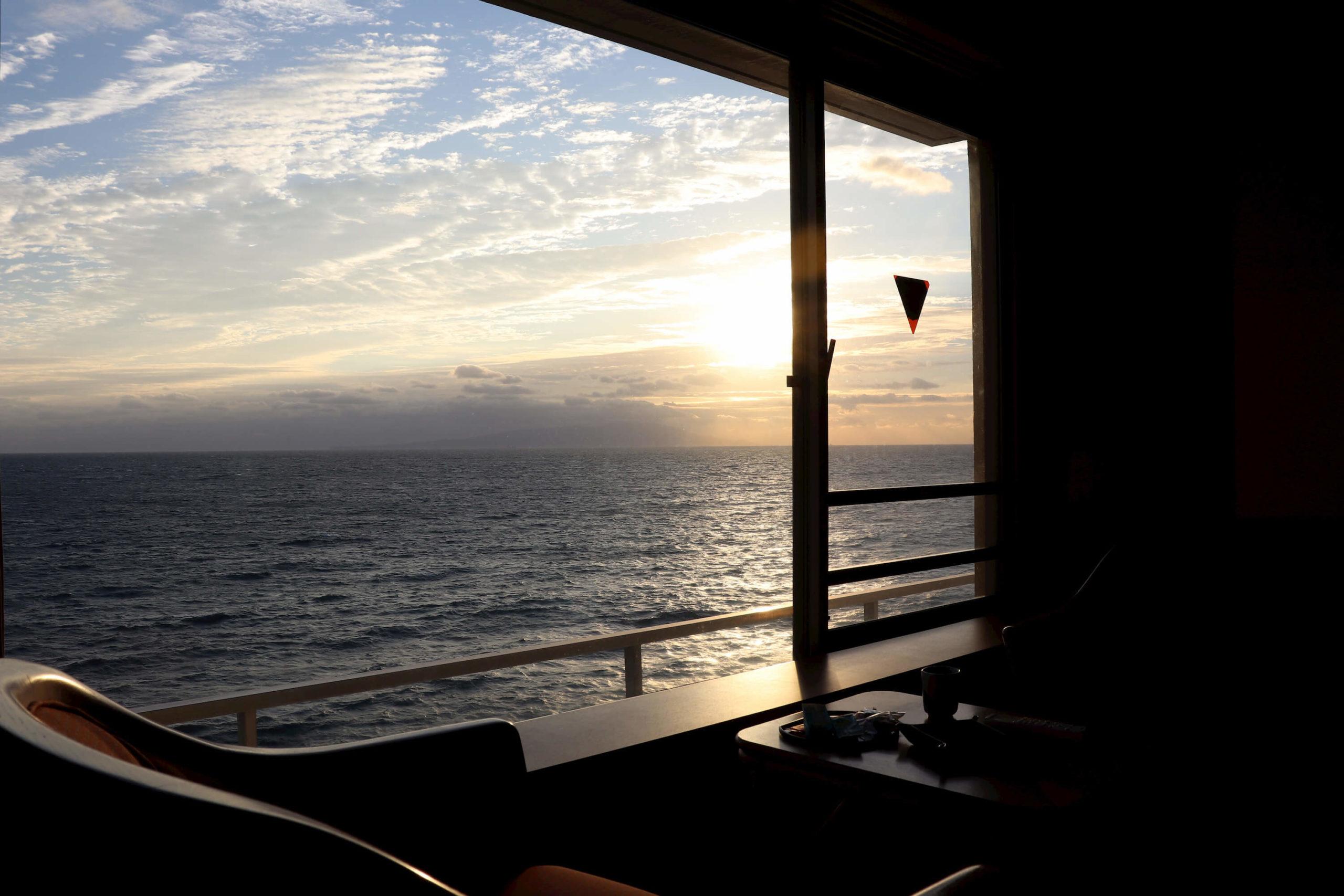 伊豆の露天風呂付き客室があるハイクラス宿の浜の湯の客室から見える朝日と海