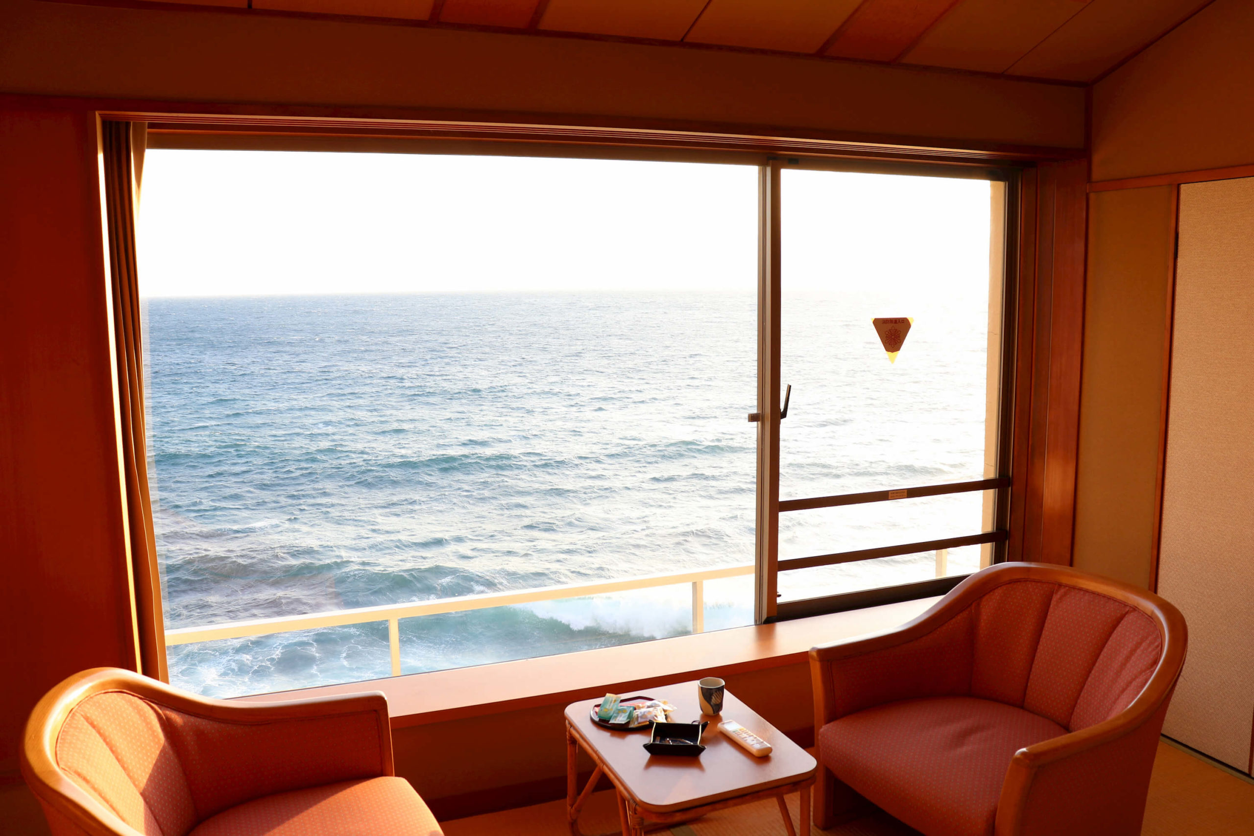 浜の湯の客室から見える朝日と海