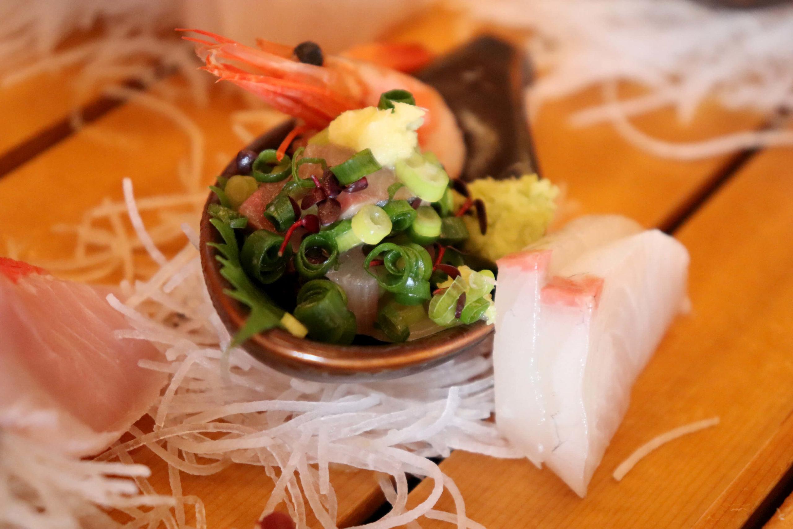 浜の湯の朝食の舟盛り:鯵のたたきとカンパチ、甘エビの刺身