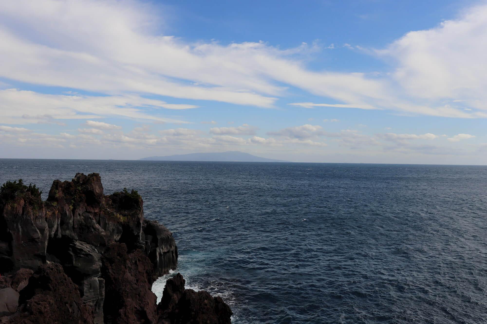 城ヶ崎海岸の門脇吊り橋から見える伊豆大島