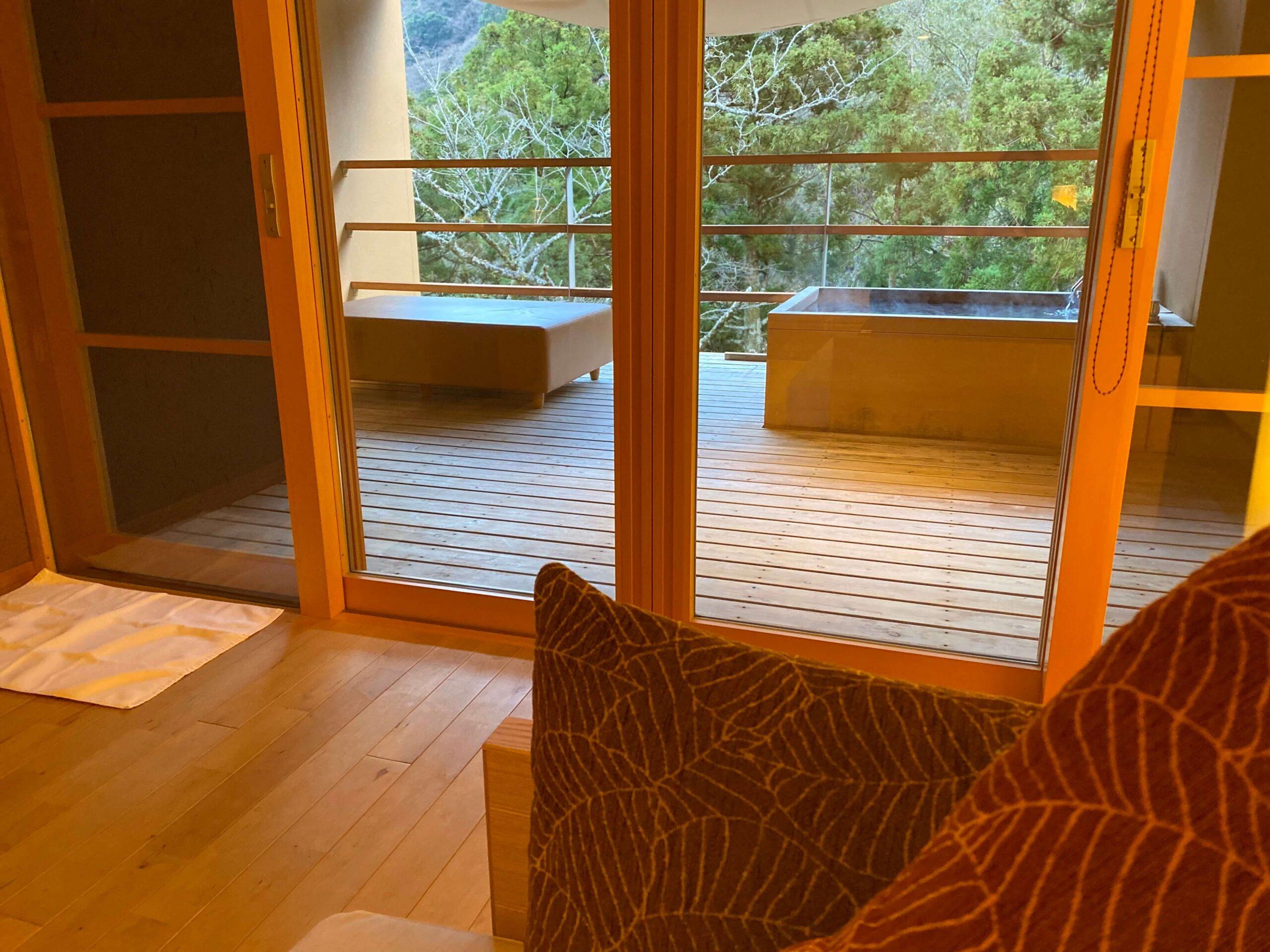 箱根の高級旅館:金の竹塔ノ沢グラブフロア雲のお部屋と露天風呂(慶太ブログ)