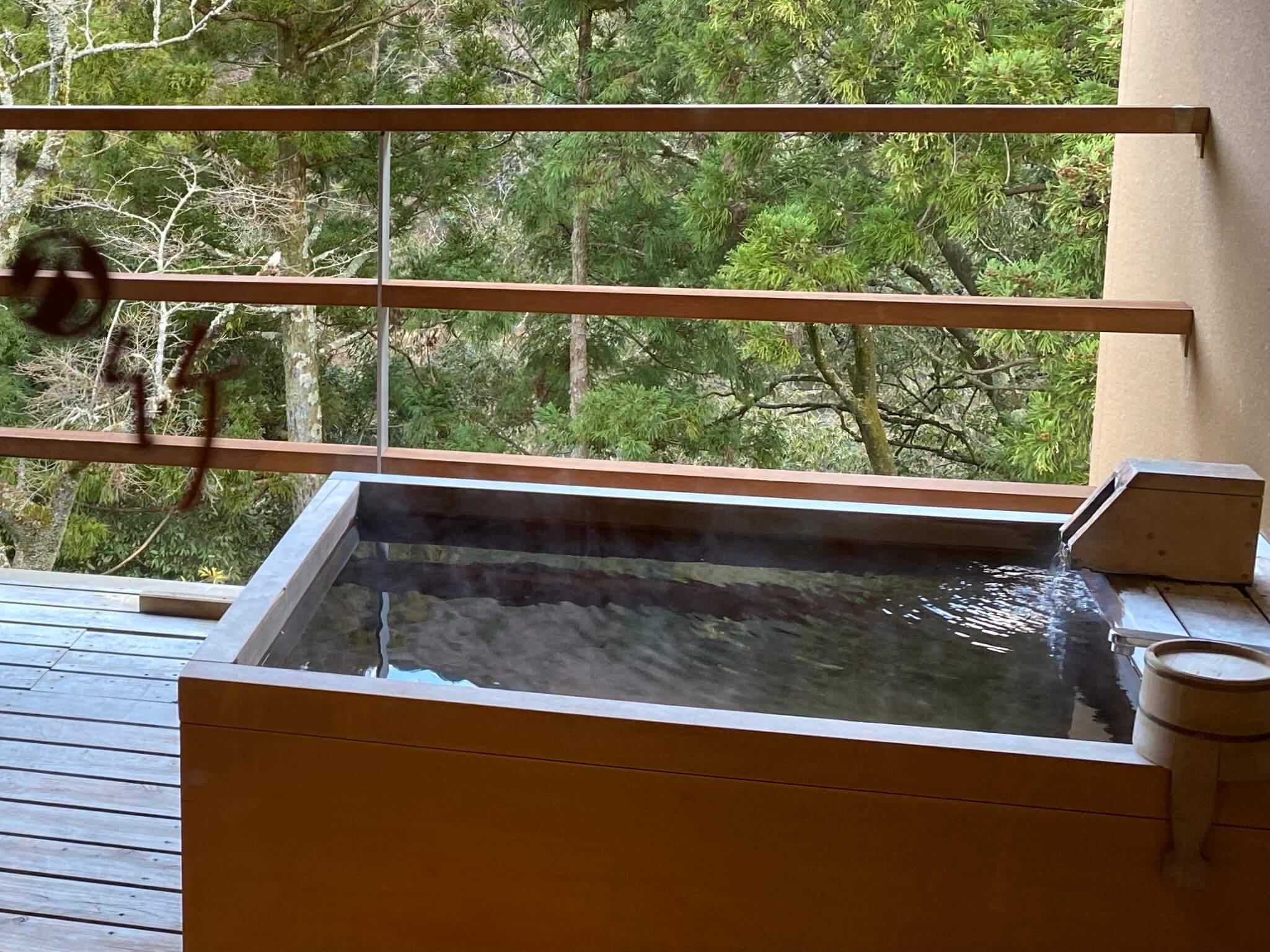 箱根の高級旅館:金の竹塔ノ沢グラブフロア雲のお部屋の客室露天風呂(慶太ブログ)
