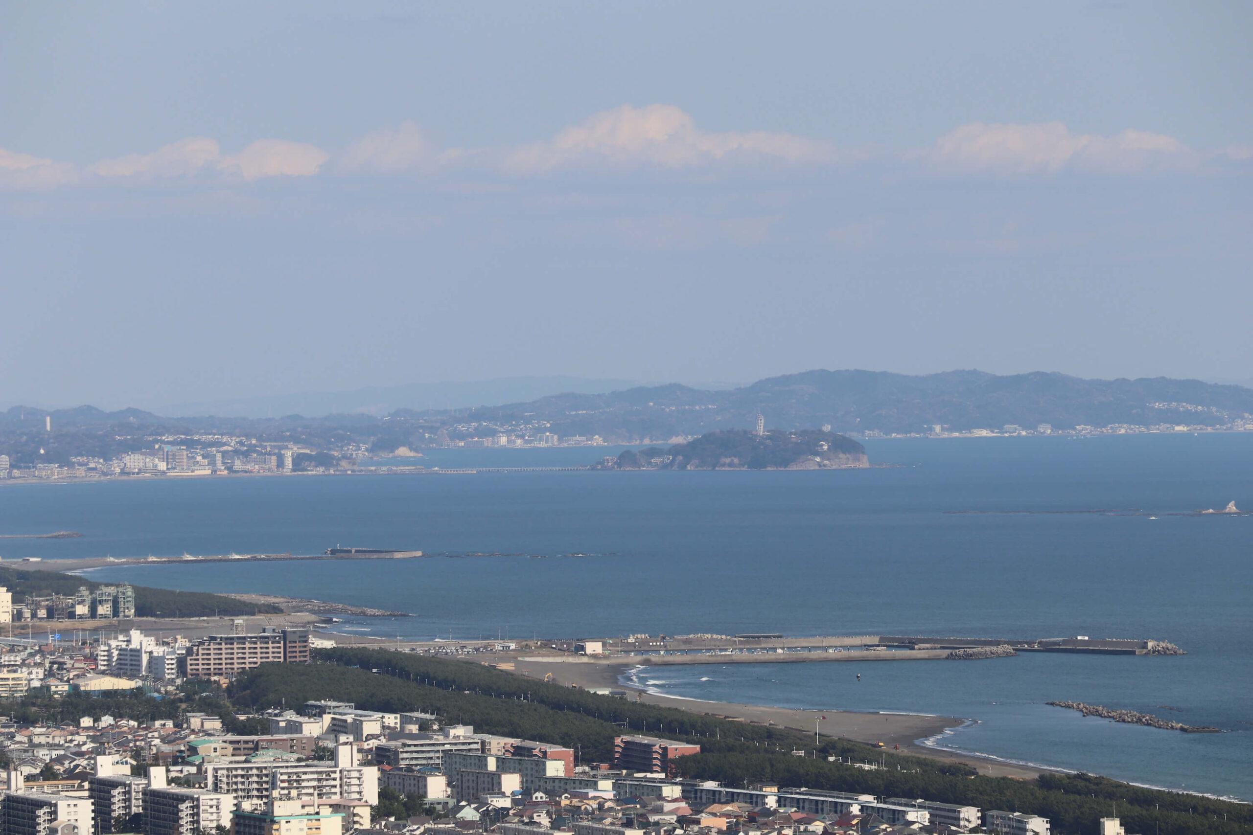 湘南平の眺めと江ノ島