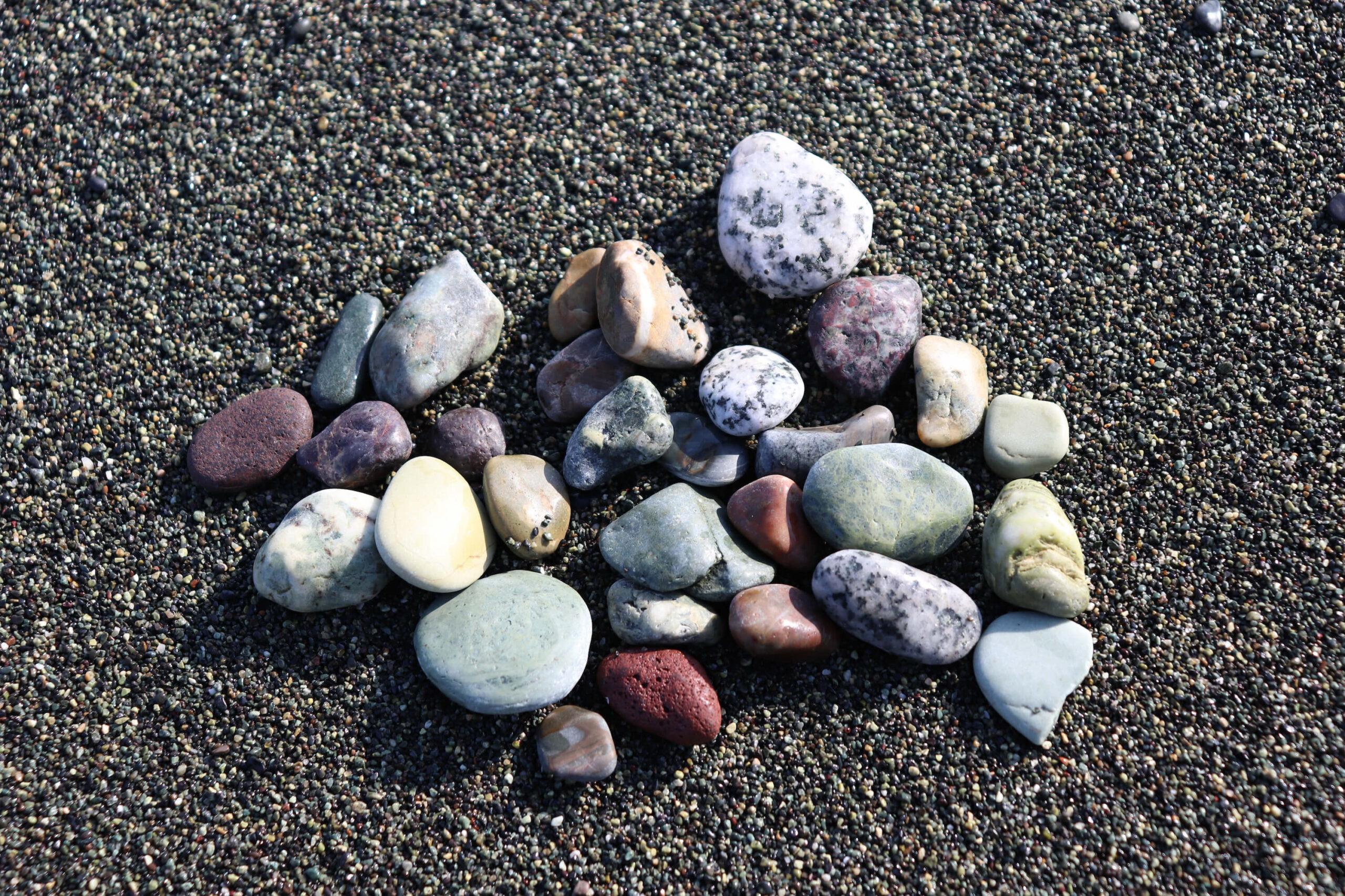 大磯こゆるぎ浜の⑤色の石