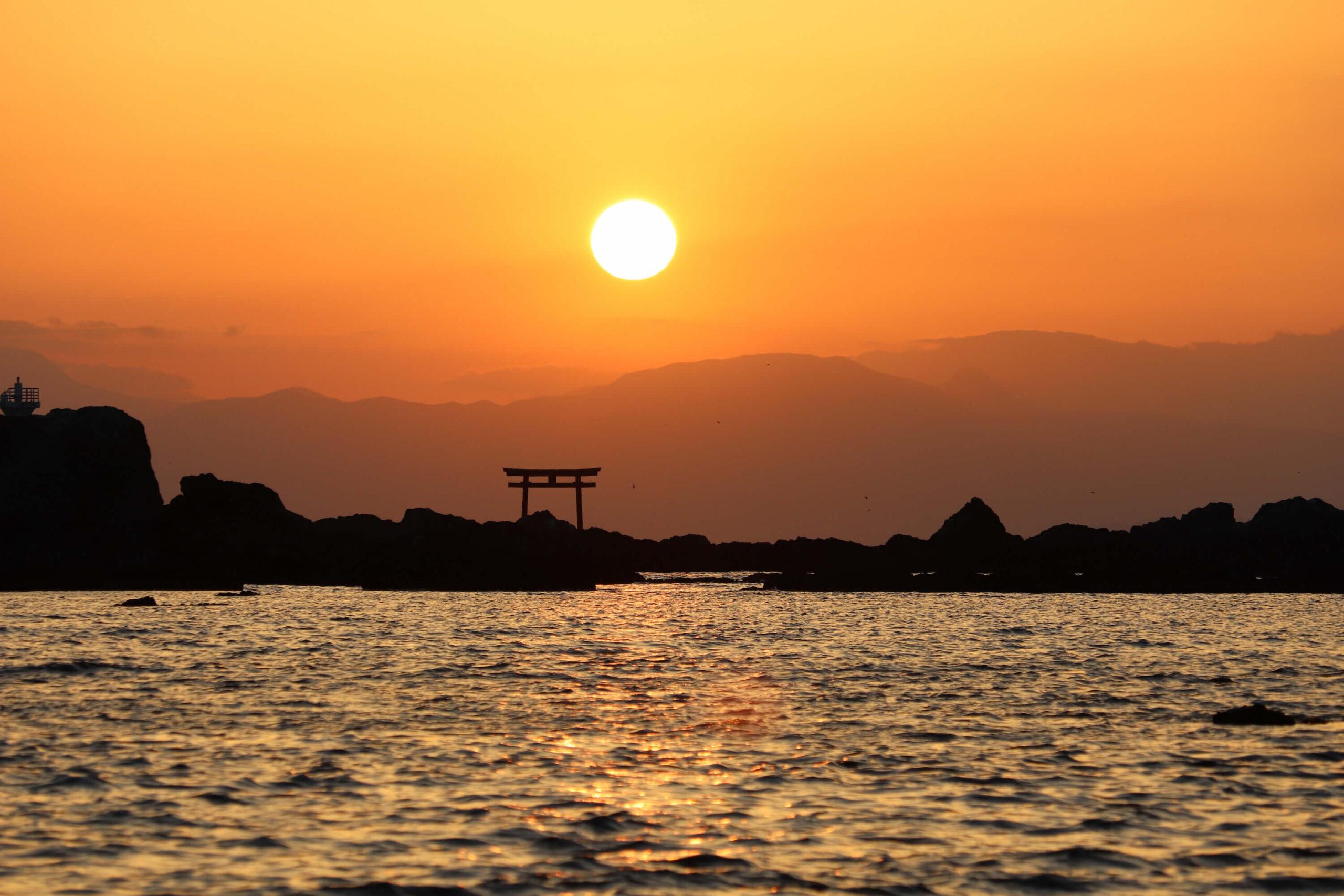 真名瀬海岸から見る名島(菜島)の鳥居