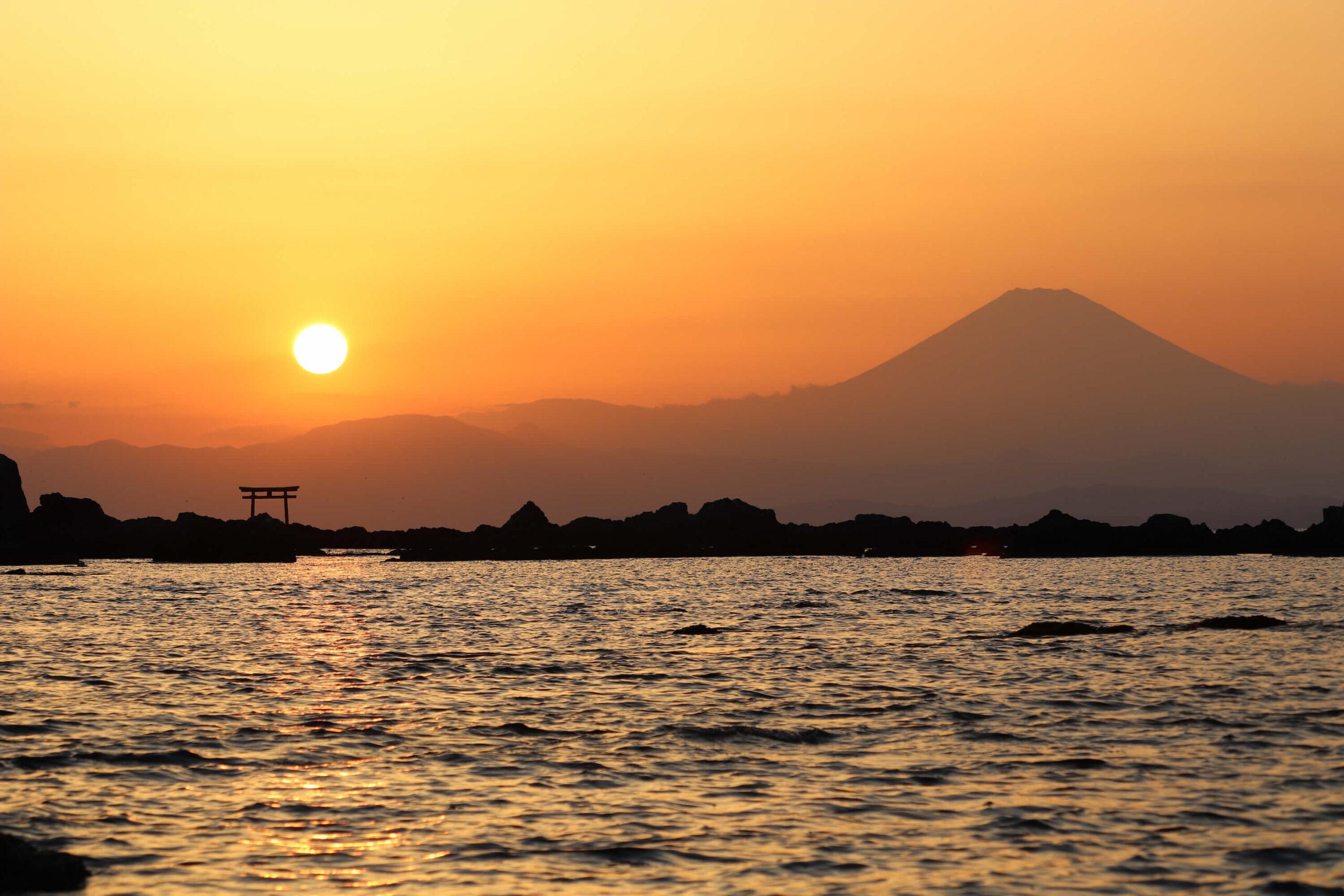 真名瀬海岸から見る名島(菜島)の鳥居と富士山