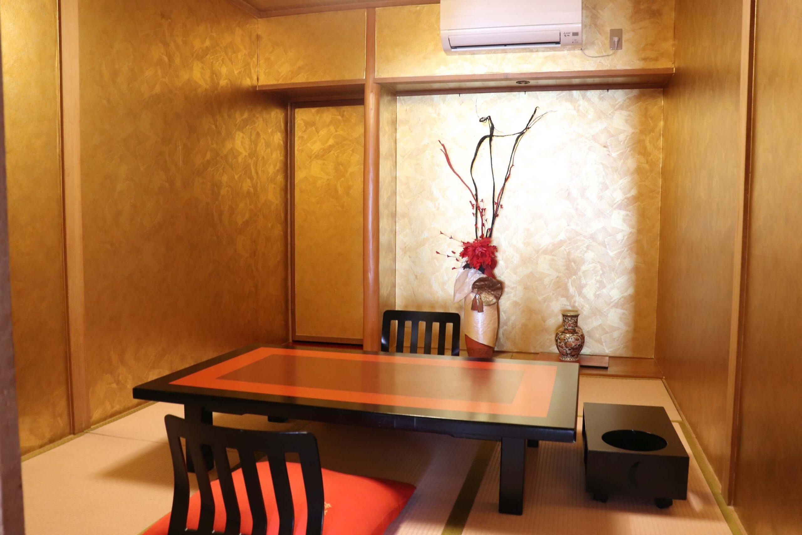 粋松亭やさしさに包まれて客室の金色の部屋