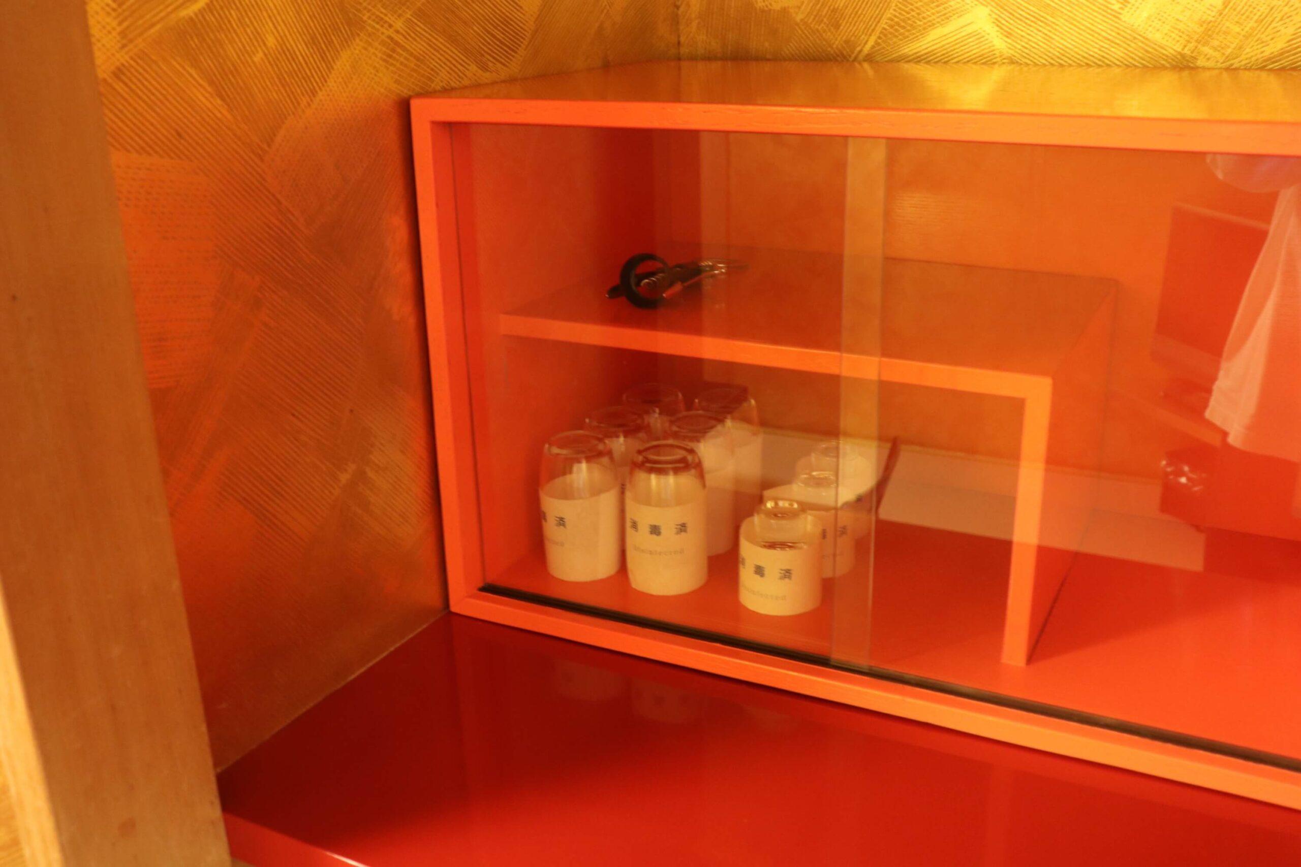 粋松亭やさしさに包まれて客室の金色の部屋のコップ