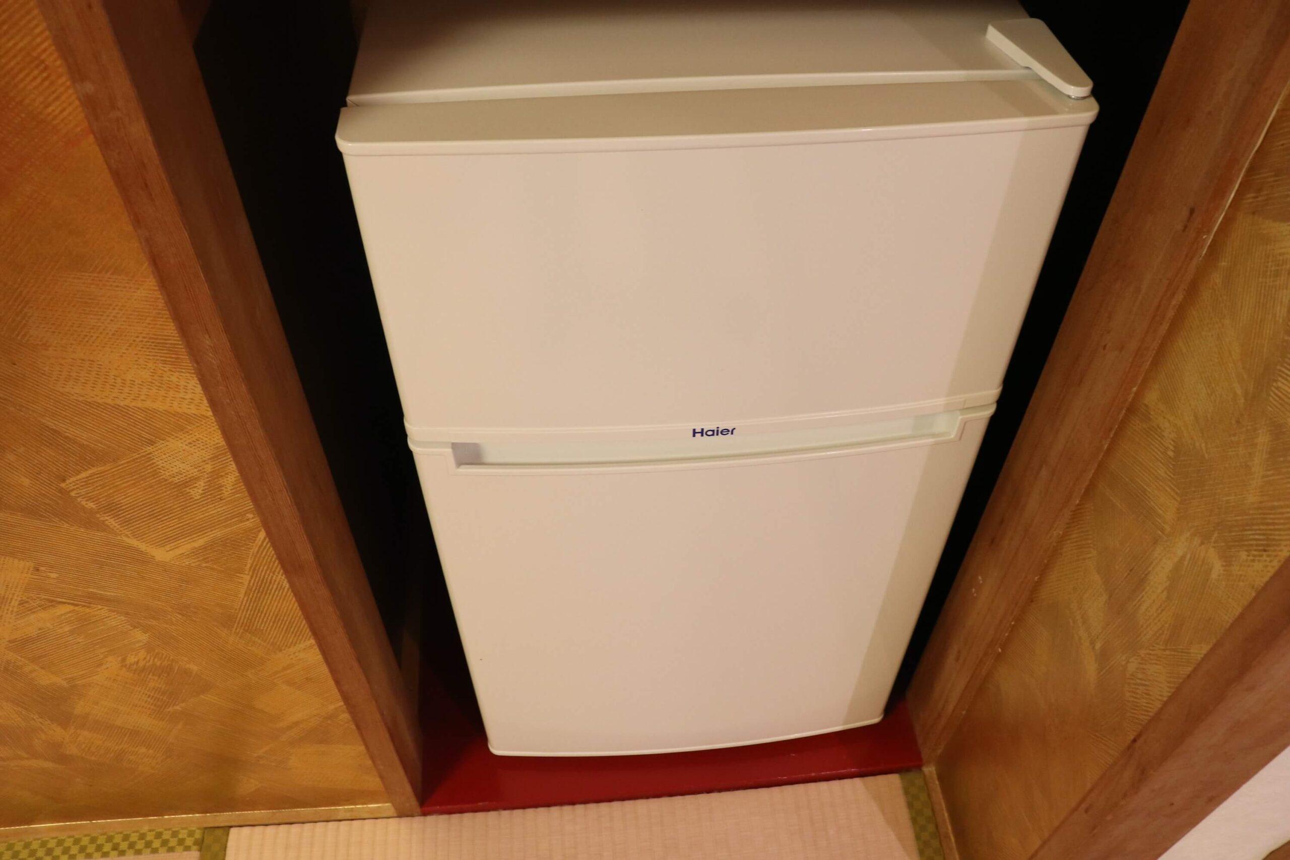 粋松亭やさしさに包まれて客室の金色の部屋の冷蔵庫