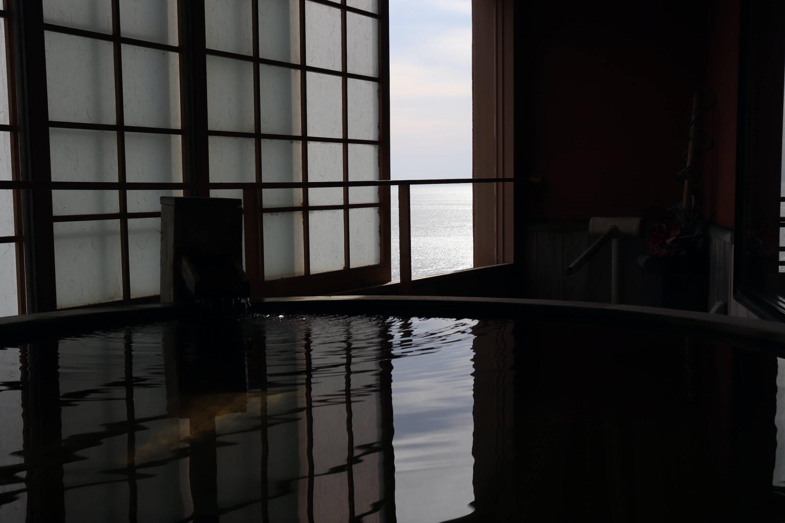 粋松亭やさしさに包まれて客室の190cmの巨大客室露天風呂の眺め
