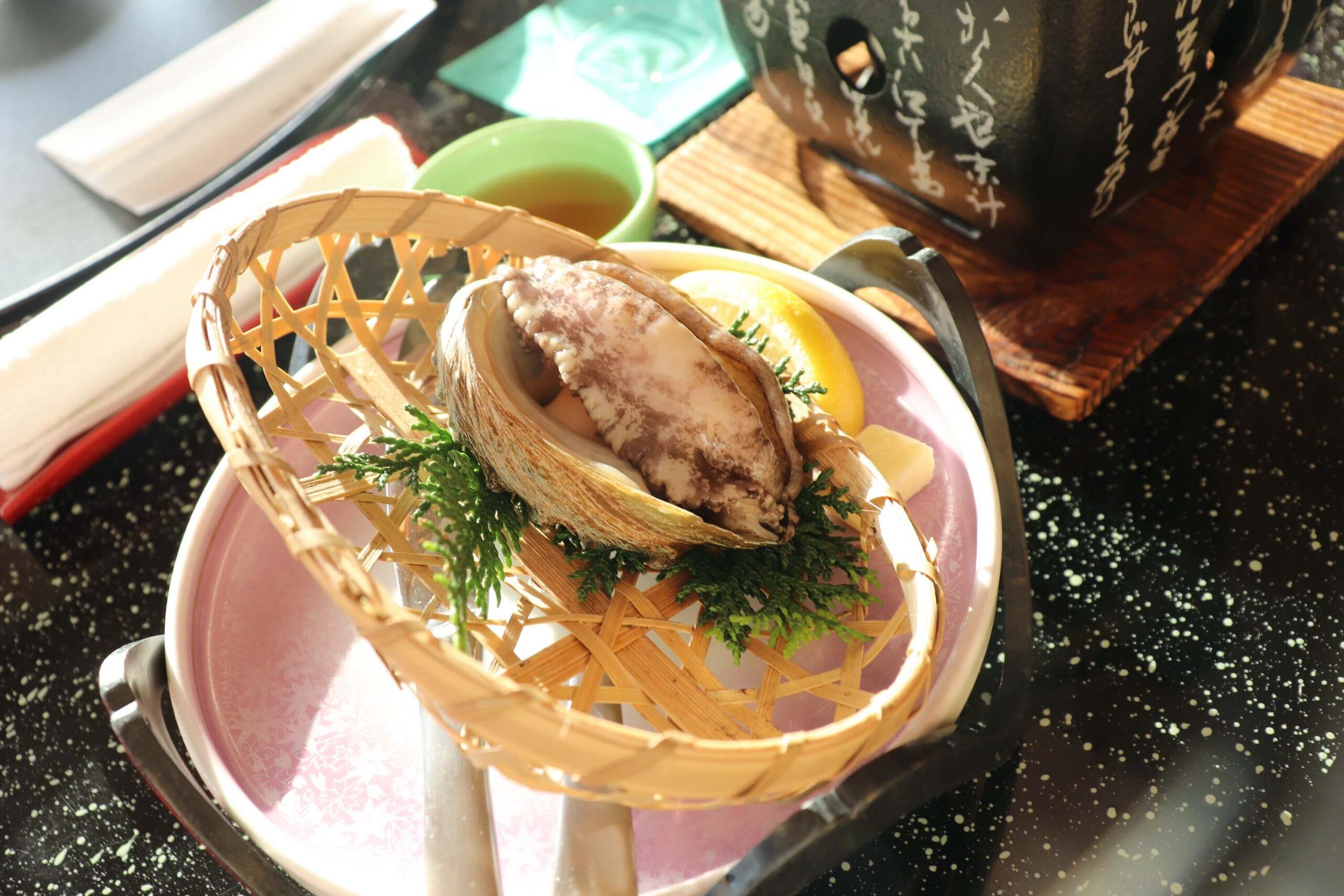 粋松亭の絆会席料理(夕食)のあわびの踊り焼き
