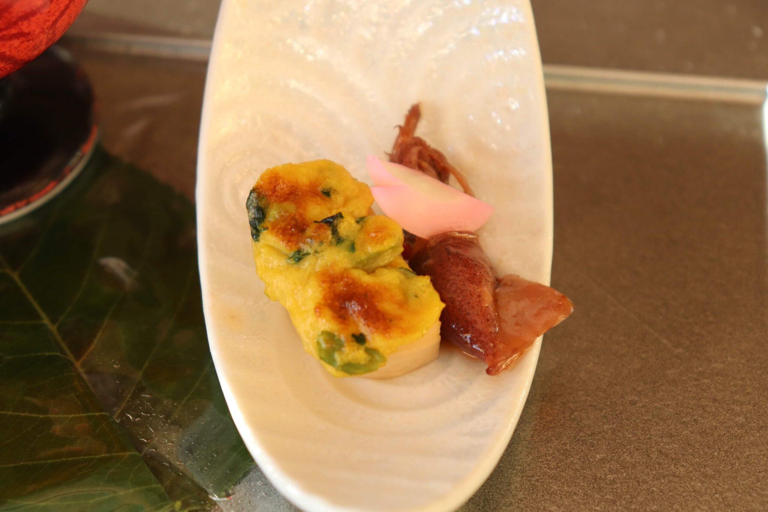 粋松亭の夕食の前菜:ホタルイカの香油
