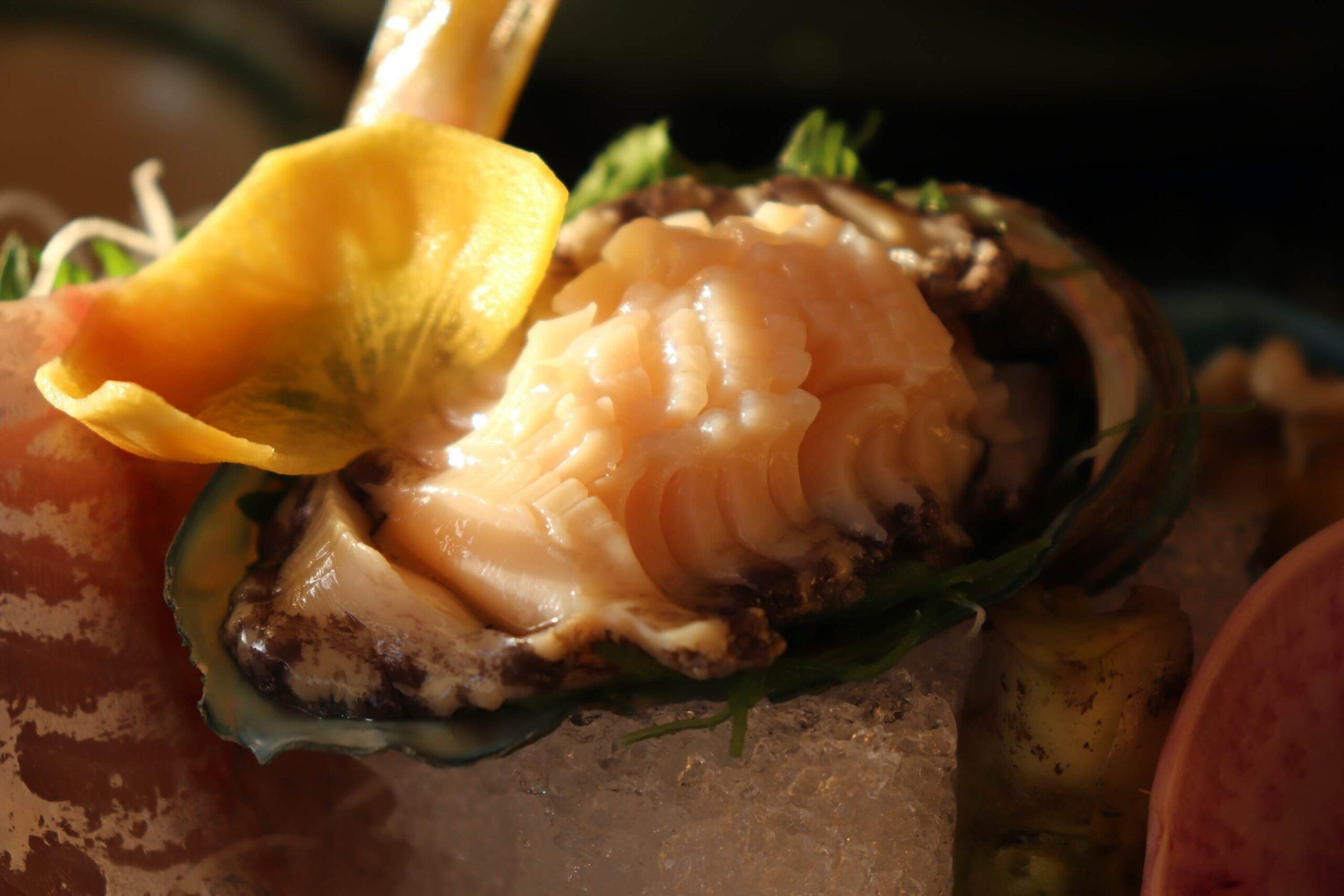 粋松亭の絆会席料理(夕食)のあわびのお刺身