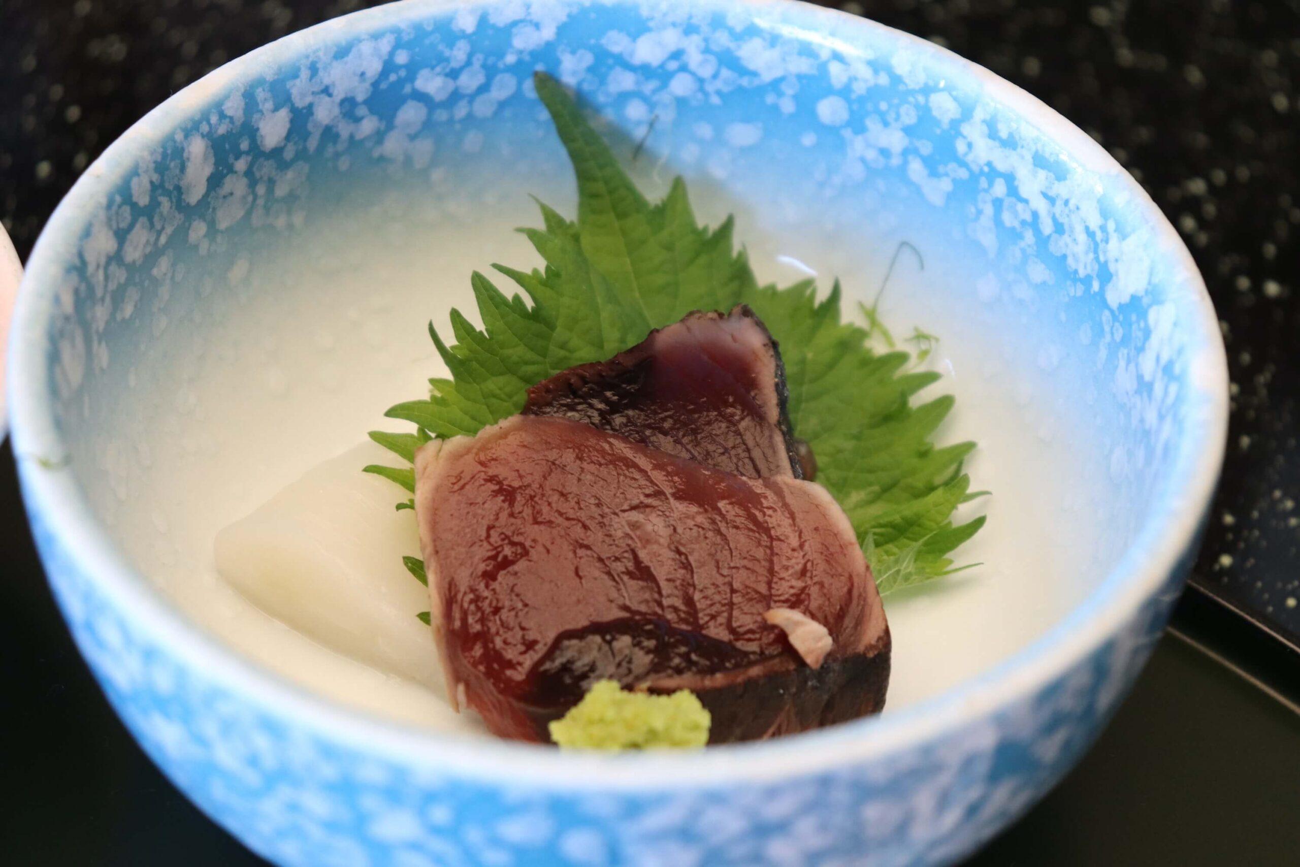 粋松亭の朝食のカツオとイカの刺身