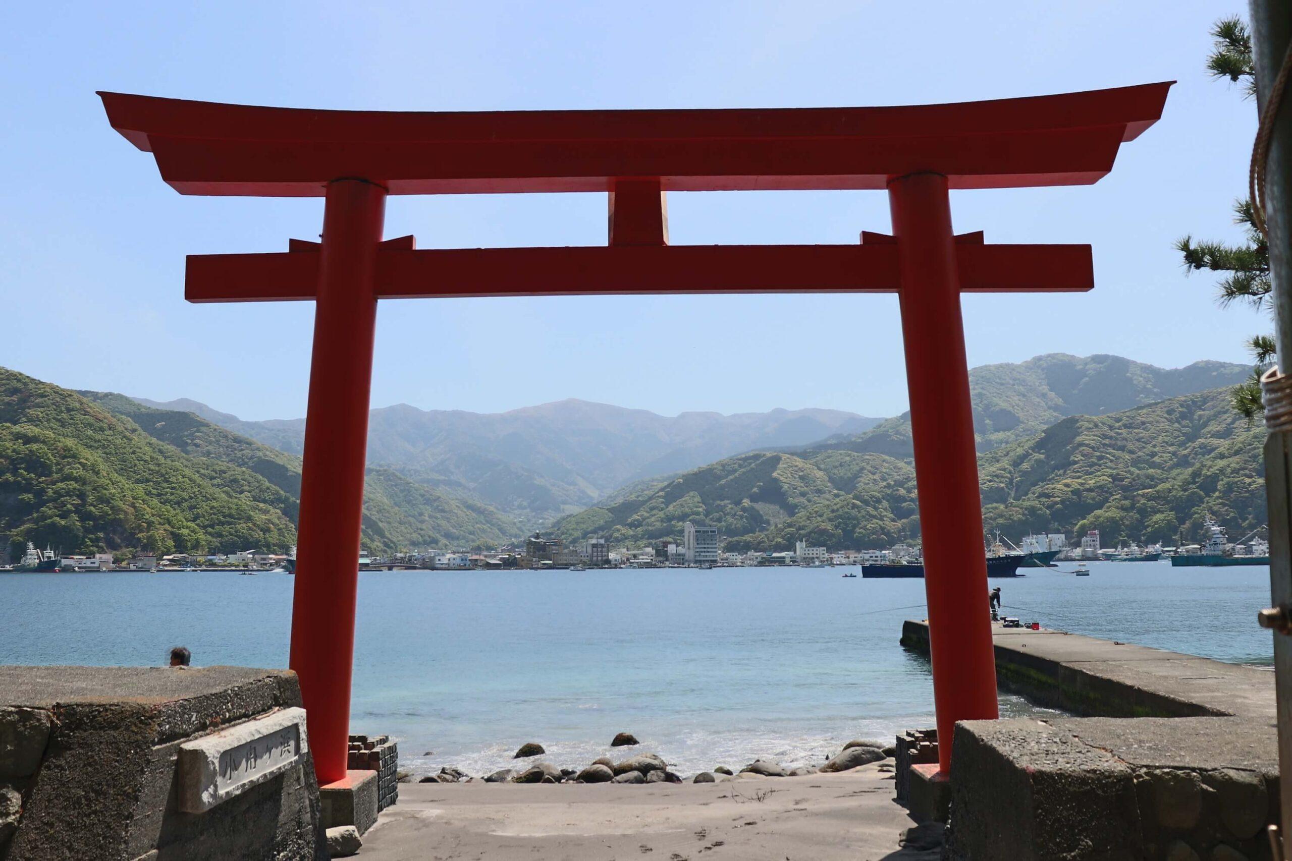 戸田御浜岬の諸口神社鳥居