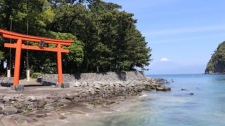戸田御浜岬の諸口神社鳥居と富士山