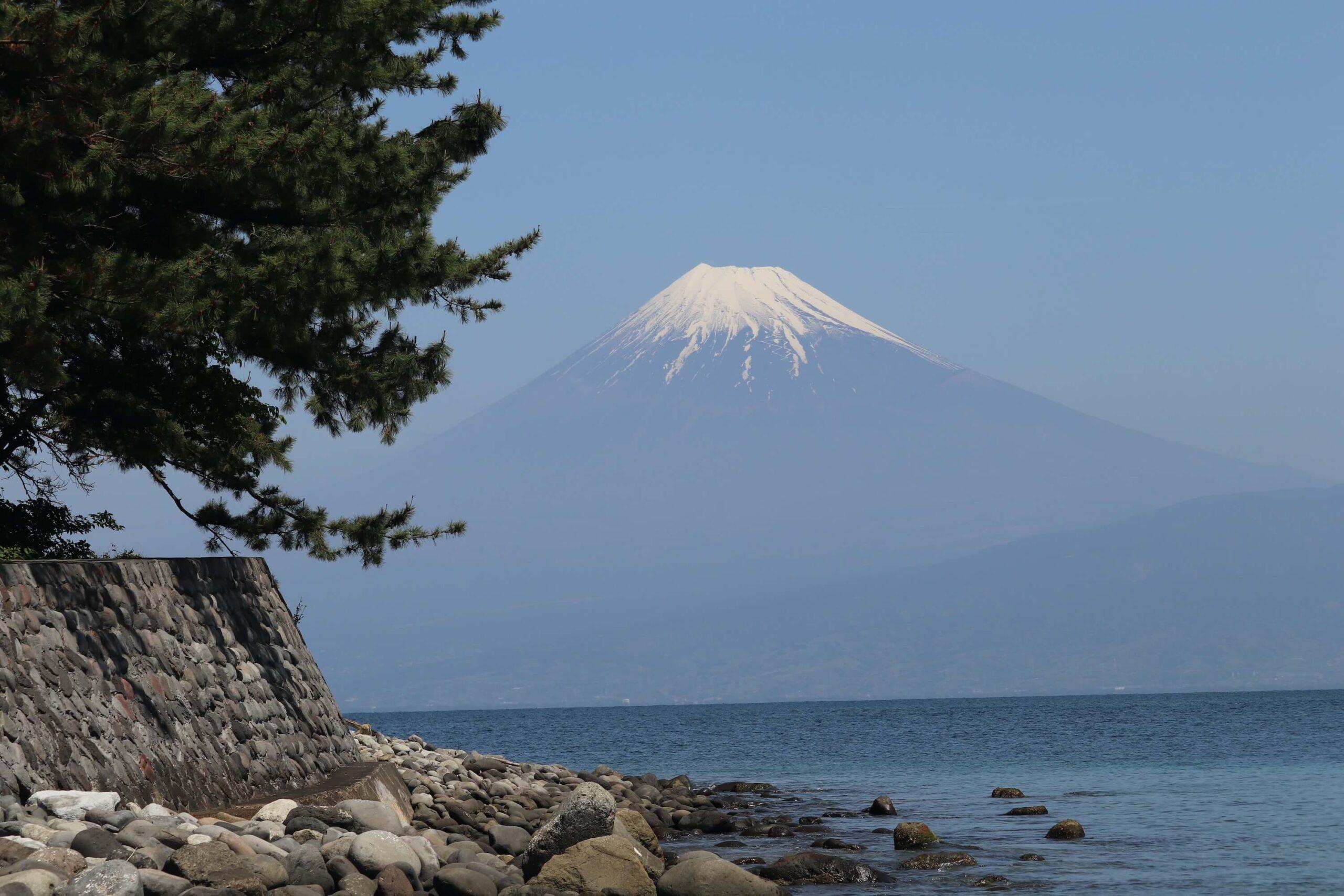 戸田御浜岬の諸口神社から眺める富士山